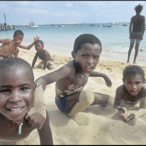 bimbi sulla spiaggia 2